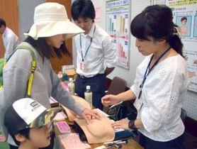 模型を使って乳がんの自己検診について学ぶ参加者(滋賀県長浜市港町)