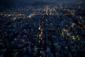 停電で明かりが少ない札幌市の中心部=9月6日