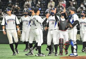 都市対抗野球大会で13年ぶりの白星を挙げ、喜ぶ四国銀行ナイン(26日午後、東京ドーム)