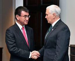 会談に先立ち握手を交わす河野外相(左)とペンス米副大統領=16日、ワシントンのホワイトハウス(外務省提供・共同)