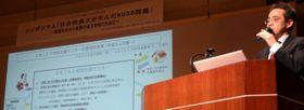 引きこもり当事者と、高齢化する親の問題について議論する専門家ら=福岡県春日市