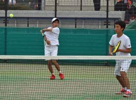男子ダブルス決勝 文星付の麦倉(左)が鋭いリターンを放つ。右は亀井=県総合運動公園テニスコート