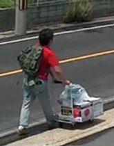 防犯カメラに写った、台車を押して歩く青葉真司容疑者に似た男=17日午前11時20分ごろ、京都府宇治市