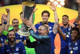 5月、チェルシーで欧州リーグ制覇を果たし、トロフィーを掲げるサリ監督=バクー(ゲッティ=共同)
