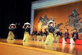 勇壮な笠踊りを披露する越中五箇山麦屋節保存会のメンバー=平行政センター