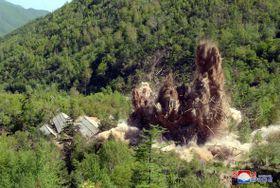 24日、北朝鮮豊渓里の核実験場が廃棄される様子(朝鮮中央通信=共同)