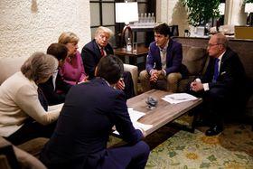 G7サミットで議論するトランプ米大統領(中央奥)ら=6月8日、カナダ・シャルルボワ(ロイター=共同)