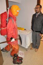 エベレスト登頂時に着用した服、使った道具などを展示する田部井淳子回顧展=御殿場市の東山旧岸邸