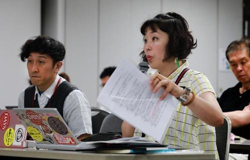 東京電力の記者会見で質問するおしどりマコさん(右)とおしどりケンさん。「舞台の帰りに衣装のまま、かつらを外しながら駆けつけたこともあった。毎日だった会見は今は週2日。記者も減った」とマコさん=7月3日、東京都千代田区(撮影・堀誠)