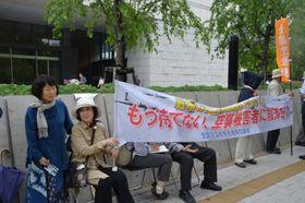 議員会館前で補償を求める「全国空襲被害者連絡協議会」の会員たち。左が安野輝子さん=2019年5月16日