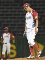 五回楽天2死三塁、内田に2点本塁打を浴び、肩を落とす信濃先発・山崎
