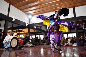 優雅な舞を披露する大償神楽の舞い手=15日、花巻市大迫町内川目・神楽の館