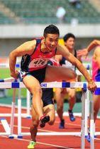 陸上男子八種競技を2年連続の中国高校新で制した山下朋紀の110メートル障害=維新みらいふスタジアム
