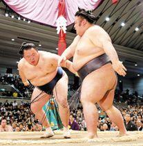貴景勝(右)を押し出しで破る玉鷲
