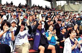 好プレーに歓喜する観客ら=24日午後、北谷公園野球場