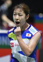 女子シングルス3回戦 韓国選手からポイントを奪いガッツポーズする奥原希望=バーゼル(共同)