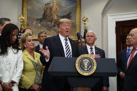 24日、ホワイトハウスで北朝鮮との首脳会談中止について話すトランプ米大統領(AP=共同)
