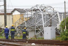宮崎県延岡市で発生した突風で、倒れた延岡駅構内の鉄塔=22日午後3時11分