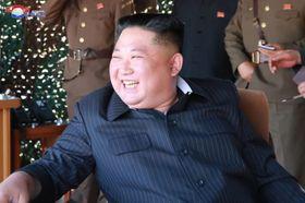 9日、「前線・西部戦線防御部隊」の火力打撃訓練を視察する北朝鮮の金正恩朝鮮労働党委員長(朝鮮中央通信=共同)