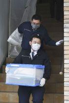 遺体で見つかった吉川美奈子さんの自宅を家宅捜索した捜査員ら=23日午前11時45分、福島県いわき市