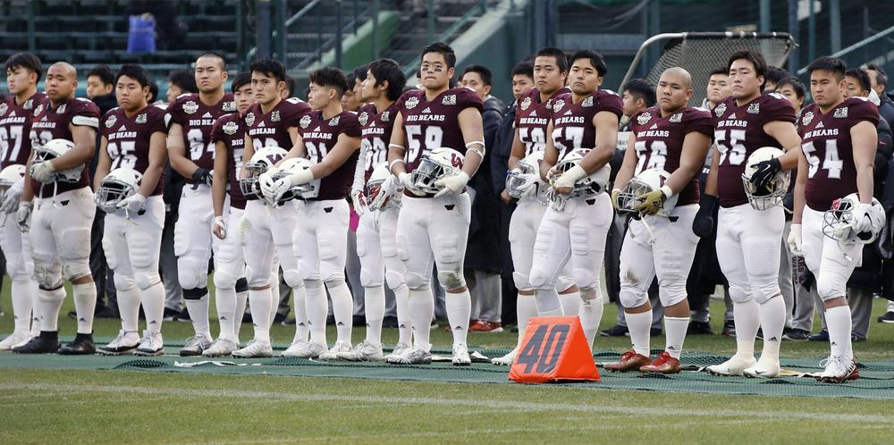 関学大に敗れ、肩を落とす早大の選手たち=阪神甲子園球場