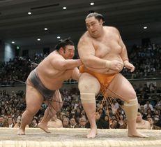 貴景勝(左)が送り出しで魁聖を下す=エディオンアリーナ大阪