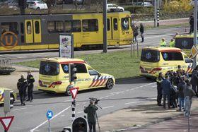 18日の発砲事件後、路面電車のそばに駐車する救急車=オランダ中部ユトレヒト(AP=共同)