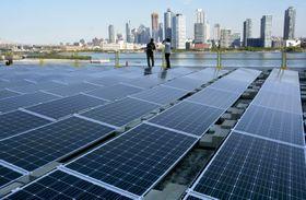 国連本部の会議棟の屋上に設置された太陽光発電装置=21日、米ニューヨーク(共同)