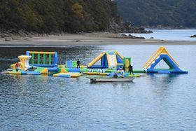 4月に試験設置された海上アスレチック(東洋町の白浜海水浴場=馬場隼撮影)