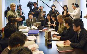 ジャパンライフの契約に関する相談を受け、全国弁護団の結成について協議する弁護士たち=20日午後、名古屋市