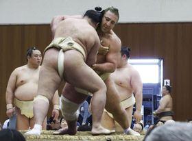 春巡業で明生と稽古する栃ノ心(右)=19日、千葉県柏市