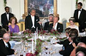 1975年10月、ホワイトハウスで行われた歓迎晩さん会で、「私が深く悲しみとするあの不幸な戦争」と述べた昭和天皇。右はフォード米大統領=ワシントン(共同)