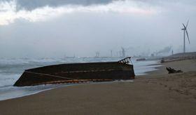 秋田市の海岸に漂着した木造船=13日(秋田海上保安部提供)