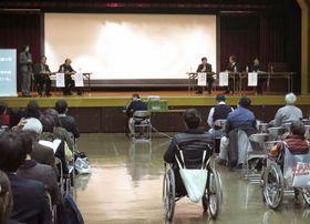 名古屋城天守閣の木造復元を巡り、エレベーター設置を求める障害者団体が開いたシンポジウム=25日午後、名古屋市