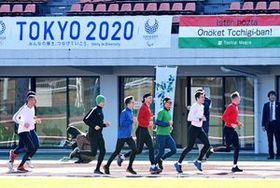 ランニングする近代五種ハンガリー代表チームの選手ら=20日午前10時10分、栃木市総合運動公園陸上競技場