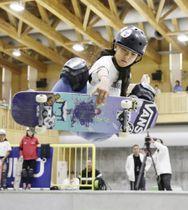 スケートボード日本選手権、女子パークで優勝した開心那の演技=村上市スケートパーク