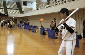 西日本豪雨の復興イベントで開かれた野球教室で、子どもたちにノックをするプロ野球巨人の高橋由伸前監督=14日、愛媛県砥部町