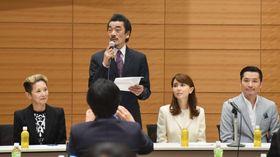 超党派の国会議員による集会に出席し、入場券の高額転売を規制する法整備の必要を訴える宇崎竜童さん(左から2人目)ら=16日、国会