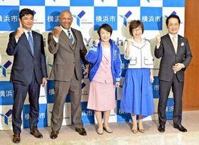 横浜市の林市長(中央)を表敬訪問したベイスターズの(左から)三原球団代表、ラミレス監督、南場オーナー、岡村社長=横浜市役所