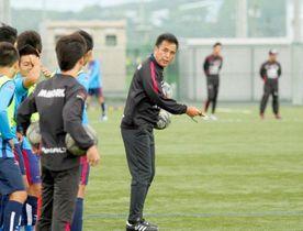 ファジアーノ岡山U-18の選手を指導するU-20日本代表の影山雅永監督=政田サッカー場