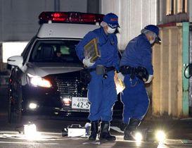 男性2人が倒れていた現場付近を調べる愛知県警の捜査員=25日午前0時16分、名古屋市北区