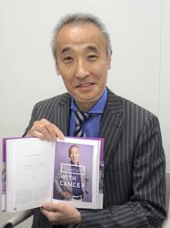 「自分を変えた1枚」と言うフォトブックの写真を示す高木健二郎さん=東京都品川区