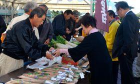 【加太産のジネンジョを買い求める市民ら=亀山市東御幸町の市文化会館で】