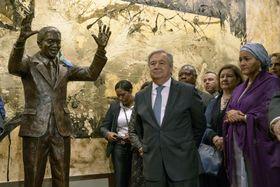 ニューヨークの国連本部で、南アフリカのマンデラ元大統領の像(左)の除幕式に出席したグテレス国連事務総長(中央)=24日(国連提供、共同)