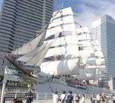 現在は高層ビルに囲まれ、海が遠のいた帆船日本丸=9月23日