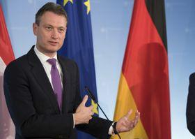 辞任したオランダのザイルストラ外相=2017年11月16日、ベルリン(DPA=共同)