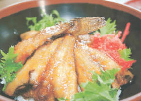 甘じょっぱいたれで味付けしたハタハタの照り焼きに、爽やかな辛味のわさび菜がアクセントをつける