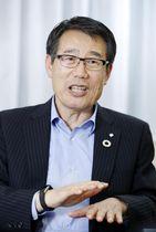 インタビューに答えるセブン―イレブン・ジャパンの永松文彦社長