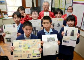 完成した史跡マップや、基になったリポートを手にする児童とさつまガイドの会員=さつま町の盈進小学校