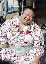 笑顔で取材に応じる貴景勝関=26日午前、大阪府東大阪市の千賀ノ浦部屋宿舎